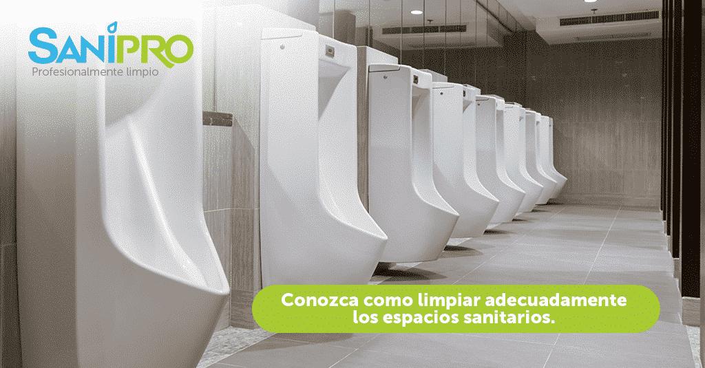Foto de una bateria de baños para el blog La correcta desinfección de los baños en los centros comerciales